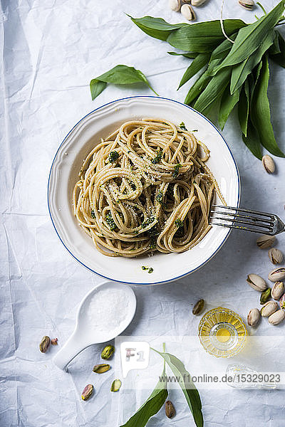 Vollkornspaghetti mit Bärlauch-Pistazien-Pesto und Mandel-Parmesan (vegan)
