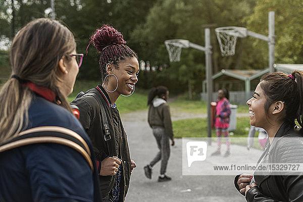 Teenager-Mädchen lächelnd im Park