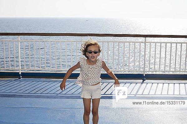 Mädchen mit Sonnenbrille am Meer