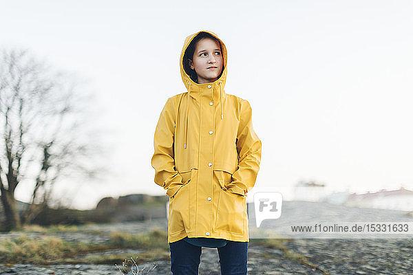 Mädchen mit gelbem Mantel im Park