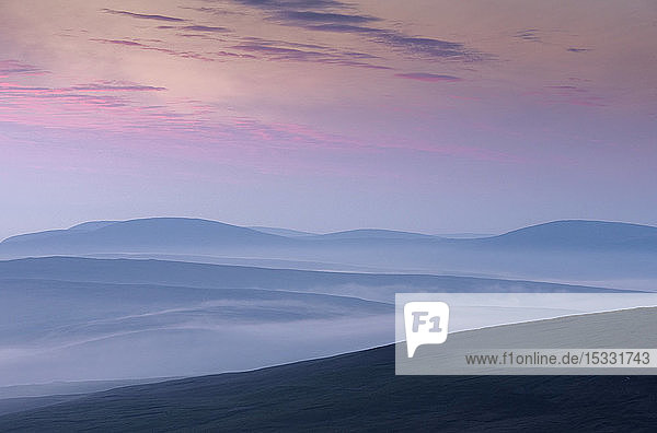 Silhouetten von Hügeln bei Sonnenuntergang in Scousburgh  Schottland