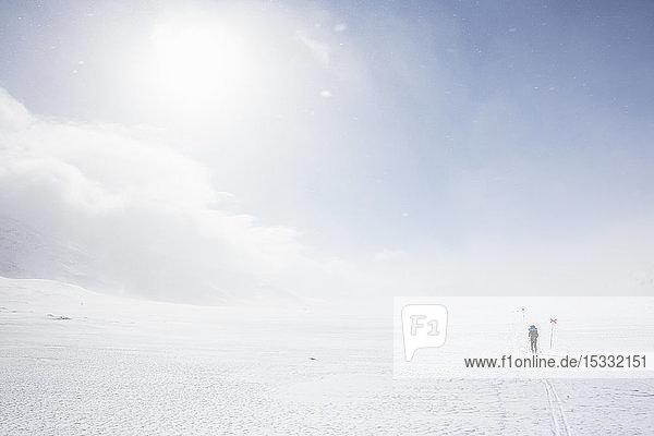 Frau beim Skifahren mit Markierungen auf der Kungsleden-Loipe in Lappland  Schweden
