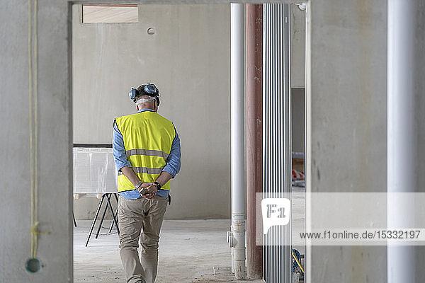 Bauarbeiter in unfertigem Gebäude