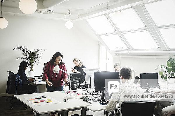 Männliche und weibliche Berufstätige im Kreativbüro
