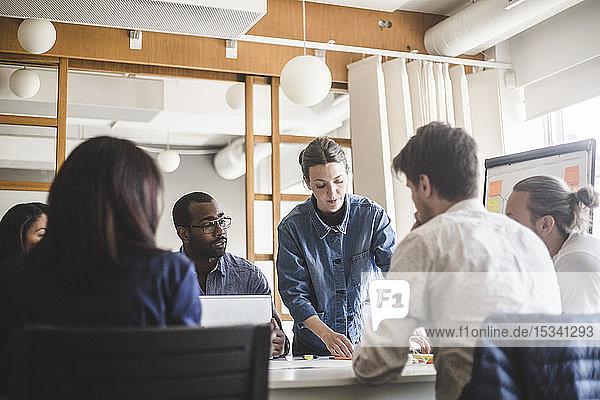 Geschäftsfrau plant Strategie mit Mitarbeitern bei Besprechung im Sitzungssaal