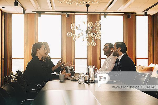 Juristen und Juristinnen beim Brainstorming in einer Anwaltskanzlei