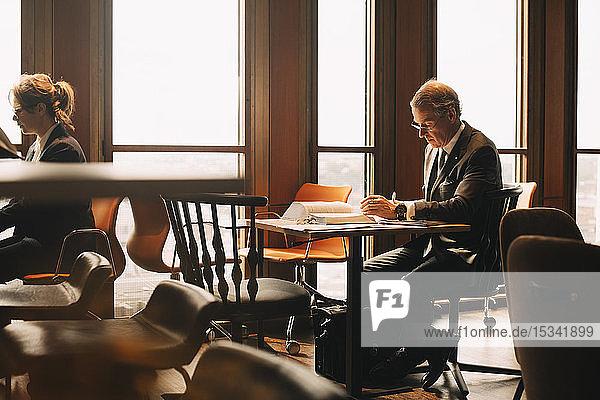 Anwalt studiert Beweise am Tisch im Büro