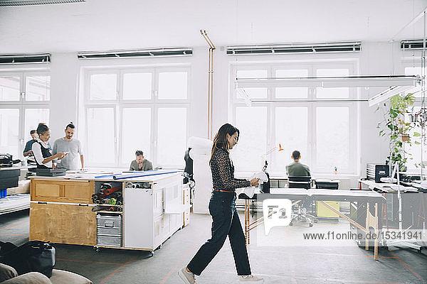 Unternehmer und Unternehmerinnen  die im Kreativbüro arbeiten