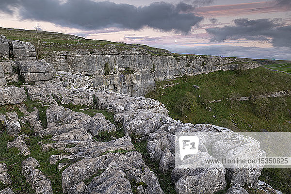 Limestone cliffs above Malham Cove in the Yorkshire Dales National Park  Yorkshire  England  United Kingdom  Europe