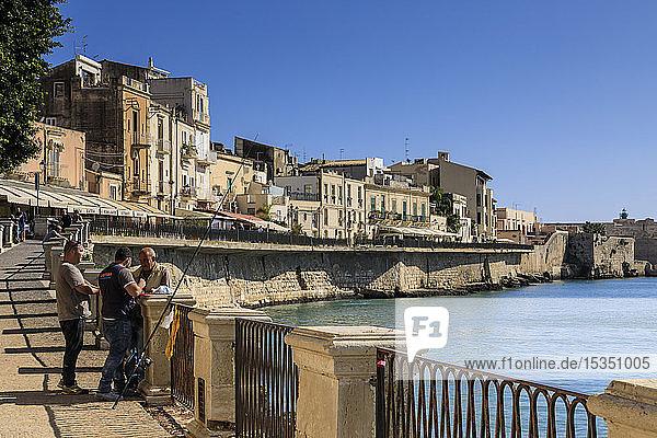 Fishermen deep in discussion  waterfront  Ortigia (Ortygia)  Syracuse (Siracusa)  UNESCO World Heritage Site  Sicily  Italy  Mediterranean  Europe