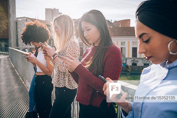 Freunde stehen am Geländer Texting  Mailand  Italien