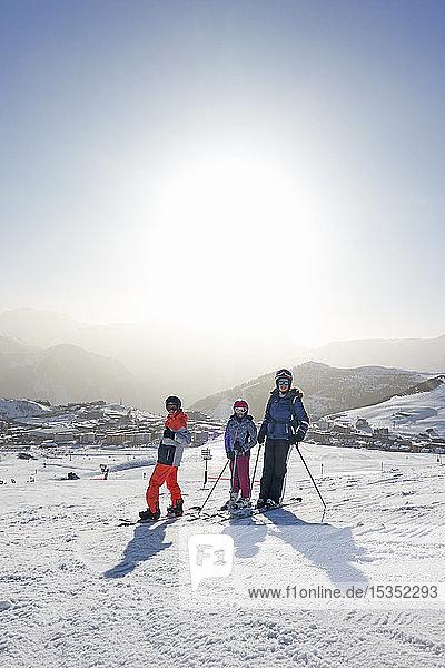 Skifahrer  Mutter mit Tochter und jugendlichem Sohn auf schneebedecktem Berggipfel  Porträt  Alpe-d'Huez  Rhône-Alpes  Frankreich