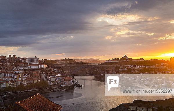 Der Douro-Fluss und die Skyline von Porto bei Sonnenuntergang  Porto  Portugal