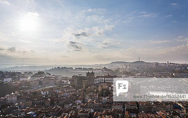 Skyline mit der Kathedrale von Porto  Porto  Portugal