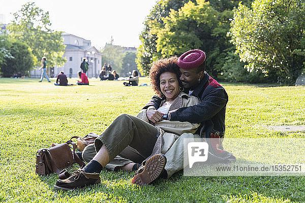 Liebespaar umarmt sich auf Gras  Mailand  Italien