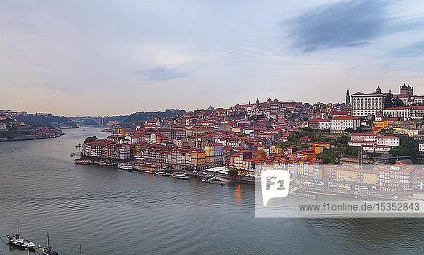 Skyline mit der Kathedrale von Porto und dem Fluss Douro  Porto  Portugal
