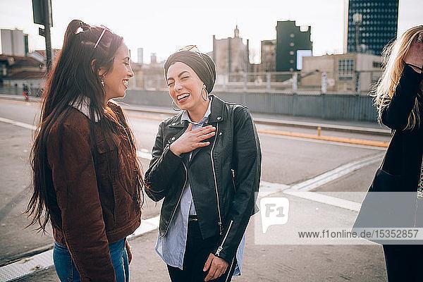 Freunde reden und lachen auf der Straße  Mailand  Italien
