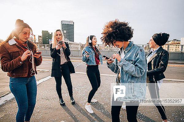 Freunde tanzen auf der Straße zu Smartphone-Musik  Mailand  Italien