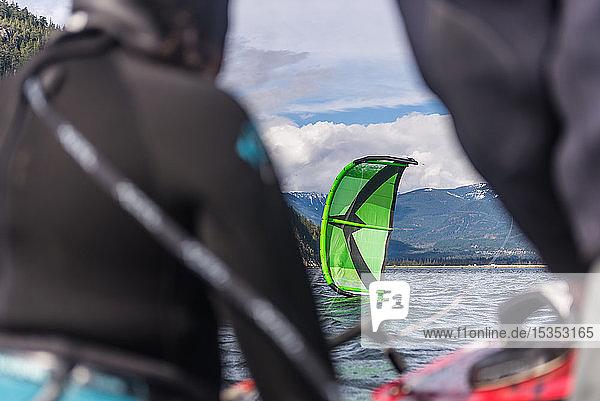 Menschen beim Kitesurfen im Meer