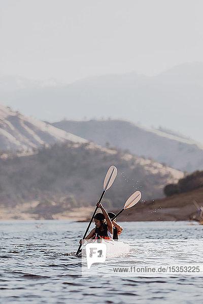 Freunde beim Kajakfahren auf dem See  Kaweah  Kalifornien  Vereinigte Staaten