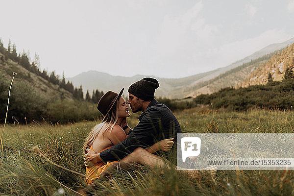 Mittelgroßes erwachsenes Paar  das sich im ländlichen Tal umarmt  Mineral King  Kalifornien  USA