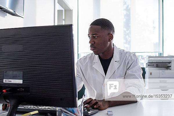Arzt arbeitet am Computer im Krankenhaus