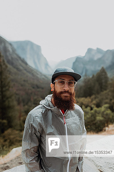 Porträt eines Wanderers im Naturschutzgebiet  Yosemite National Park  Kalifornien  Vereinigte Staaten