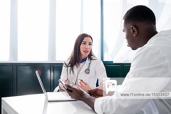 Ärzte diskutieren im Sitzungssaal
