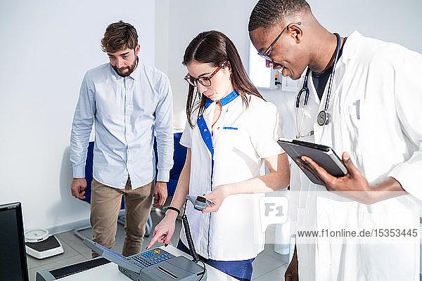Ärzte überprüfen Alkoholtestgerät im Krankenhaus
