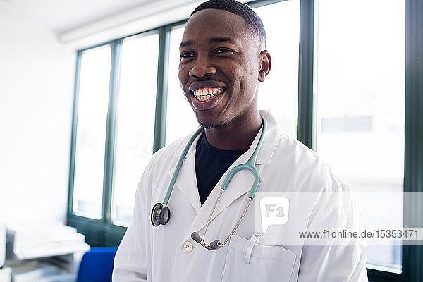 Männlicher Arzt am Krankenhausempfang