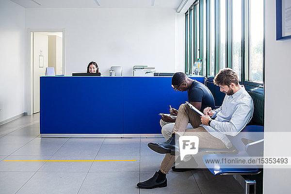 Patienten  die an der Krankenhausaufnahme Formulare ausfüllen