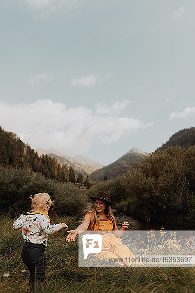 Mutter streckt im ländlichen Tal die Hand nach der Hand ihrer Kleinkind-Tochter aus,  Mineral King,  Kalifornien,  USA