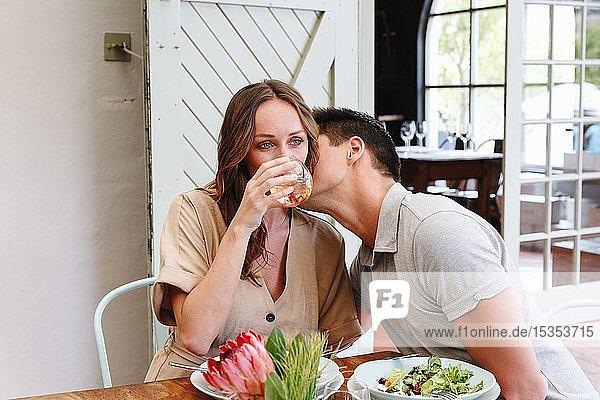 Mann küsst Frau im Restaurant auf die Wange  Kapstadt  Südafrika