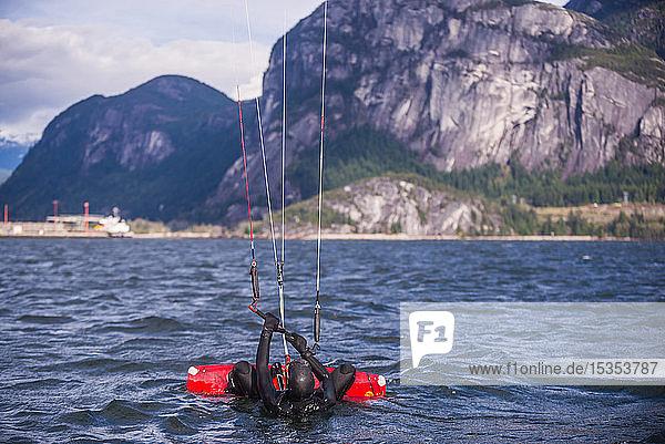 Mann beim Drachensurfen im Meer  Squamish  Kanada