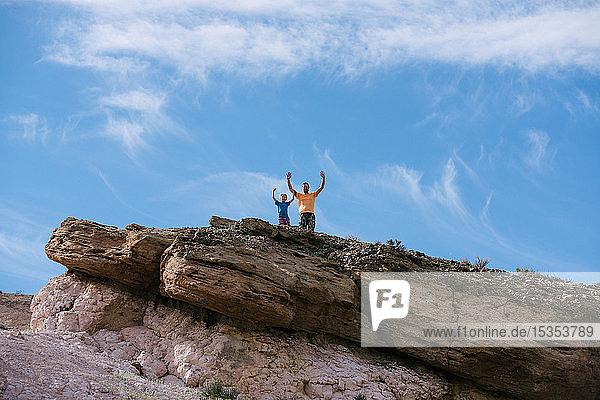Vater und Sohn jubeln auf dem Gipfel  Red Rock Canyon  Cantil  Kalifornien  Vereinigte Staaten