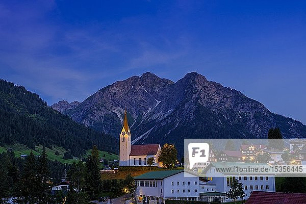 Ortschaft Hirschegg mit Bergen Elferkopf und Zwölferkopf bei Abenddämmerung  Kleinwalsertal  Allgäu  Vorarlberg  Österreich  Europa
