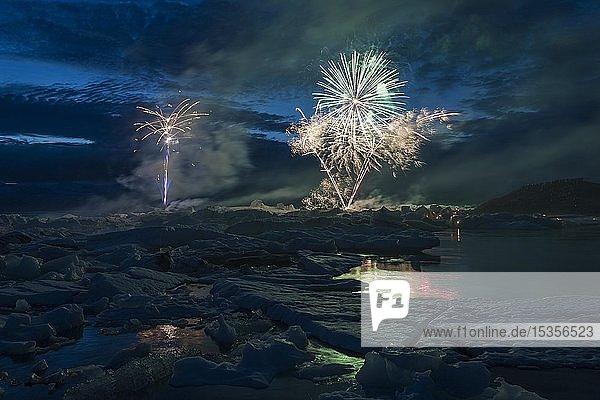 Jährliches Feuerwerk über der Gletscherlagune Jökulsárlón  Südisland  Island  Europa
