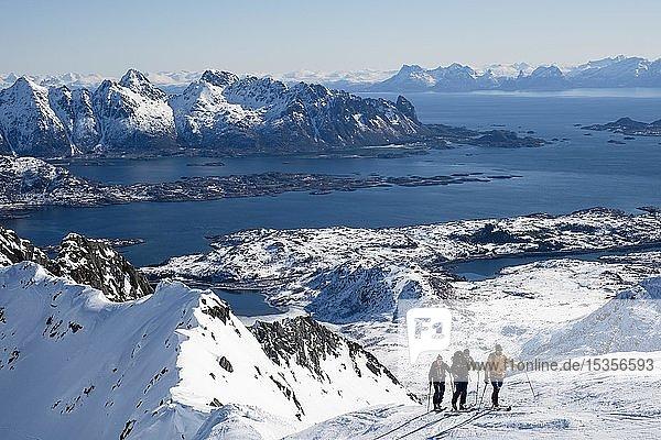 Skitourengeher beim Aufstieg zum Rundfjellet  hinten das Nordmeer  Svolvaer  Austvågøy  Lofoten  Norwegen  Europa