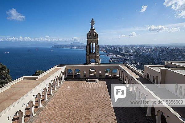 Aussichtspunkt  Santa Cruz Kathedrale mit Blick auf die Stadt  Oran  Algerien  Afrika