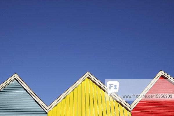 Giebel  farbige Holzhäuser mit blauem Himmel  Ostseebad Eckernförde  Schleswig-Holstein  Deutschland  Europa