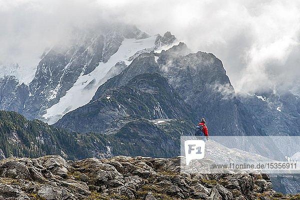 Wanderin mit Ausblick auf Mt. Shuksan mit Schnee und Gletscher  Wolkenhimmel  Mt. Baker-Snoqualmie National Forest  Washington  USA  Nordamerika