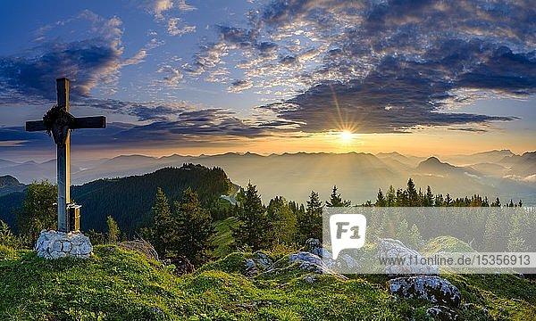 Ahornbüchsenkopf mit Gipfelkreuz  Ausblick bei Sonnenaufgang auf Alpenpanorama  Osterhorngruppe  Dachstein und Tennengebirge  Golling  Salzburger Land  Österreich  Europa