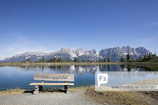 Sitzbank  Bergsee am Astberg  Astbergsee  Going  hinten Wilder Kaiser  Kaisergebirge  Kitzbüheler Alpen  Tirol  Österreich  Europa