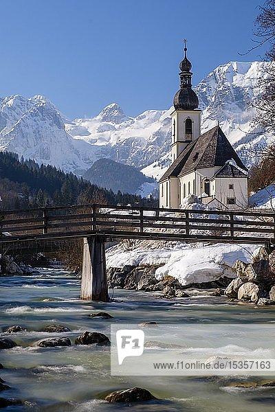 Pfarrkirche St. Sebastian an der Ramsauer Ache im Winter  hinten Reiteralpe  Ramsau  Berchtesgadener Land  Oberbayern  Bayern  Deutschland  Europa