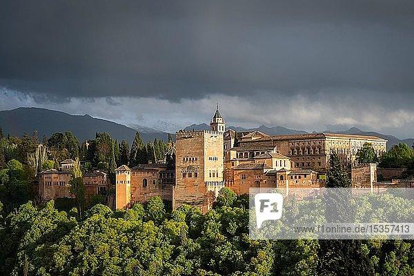 Maurische Stadtburg Alhambra mit Gewitterhimmel  Nasriden-Paläste  Palast Karl des Fünften  hinten Sierra Nevada  Granada  Andalusien  Spanien  Europa
