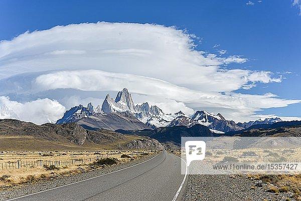 Straße nach El Chalten vor Gebirgskette mit markantem Berg Monte Fitz Roy  Nationalpark Los Glaciares  Provinz Santa Cruz  Patagonien  Argentinien  Südamerika