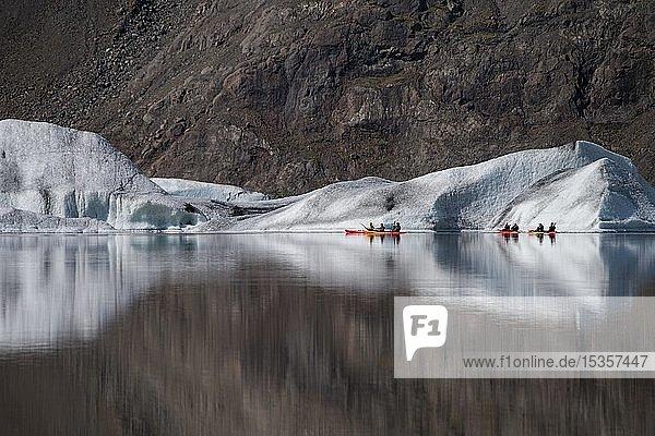 Kajakfahrer vor Eisbergen  Gletschersee  Heinabergsjökull  Island  Europa