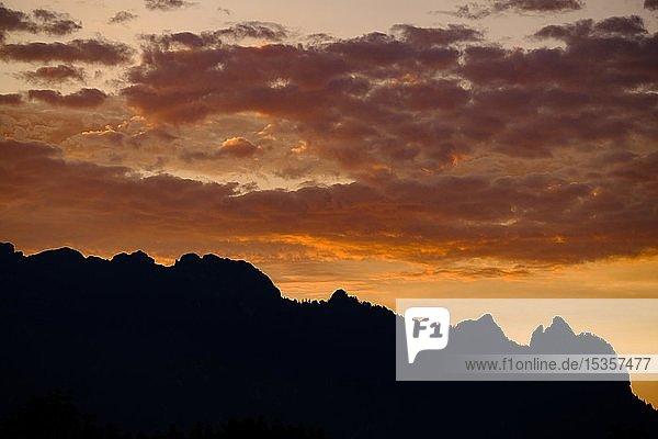 Silhouette der Schlafenden Hexe bei Sonnenuntergang  Lattengebirge  Berchtesgadener Land  Bayern  Deutschland  Europa