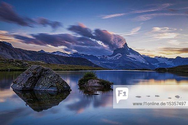Matterhorn bei Sonnenuntergang reflektiert im Stellisee  Zermatt  Wallis  Schweiz  Europa