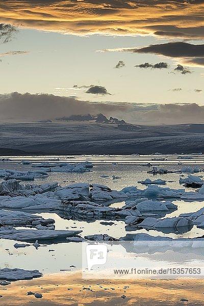 Kleine Eisberge in der Gletscherlagune Jökulsárlón bei Sonnenuntergang  Südisland  Islanda